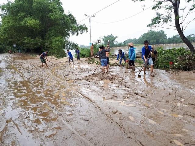 Đường giao thông tại xã Đại Hồng, huyện Đại Lộc, Quảng Nam ngập sâu trong bùn sau bão, lũ. (Ảnh: CTV cung cấp).
