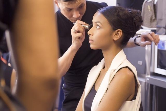 Hoa hậu Pháp Flora là khách mời đặc biệt trong show diễn của Hoàng Hải tại Hà Nội. Hoa hậu Flora xuất hiện trong một thiết kế đơn giản. Cô được các chuyên gia chăm chút, make-up trong 1 tiếng đồng hồ trước khi giờ diễn bắt đầu. (Ảnh: Lê Chí Linh).