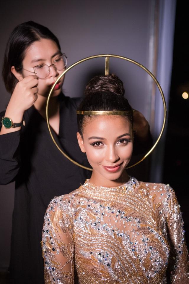 Và Hoa hậu tỏa sáng với nhan sắc hoàn thiện sau khi được trang điểm kĩ lưỡng. (Ảnh: Lê Chí Linh).