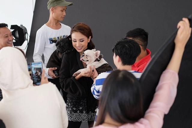 MC Thanh Vân Hugo là người rất hào hứng với dự án ngay từ giây phút đầu tiên. Thanh Vân livestream khi chụp ảnh cùng 2 chú chó Bull Pháp dễ thương trên fanpage của mình.