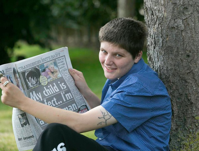 Thanh niên 21 tuổi này là người đàn ông đầu tiên của nước Anh sinh con