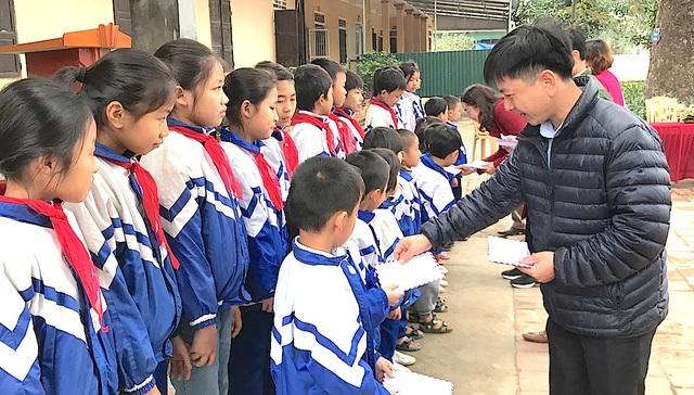 Ông Trần Quốc Việt - Trưởng đại diện Cty Grobest Việt Nam khu vực Nghệ An - Thanh Hóa trao học bổng cho các em học sinh Trường Tiểu học Nghi Hợp, huyện Nghi Lộc.
