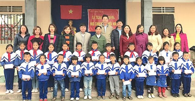 25 em học sinh Trường Tiểu học Nghi Hợp đón nhận học bổng của nhà tài trợ.
