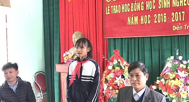 Em Hồ Thị Mỹ Linh, học sinh lớp 9D, Trường THCS Diễn Trung nhận được học bổng cảm ơn nhà tài trợ.