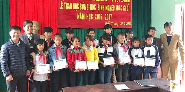 Đại diện Công ty Grobest Việt Nam trao học bổng cho các em học sinh Trường THCS Diễn Trung, huyện Diễn Châu.