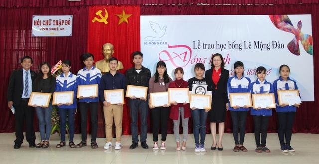 Dịp này, Quỹ hỗ trợ giáo dục Lê Mộng Đào đã trao Giấy khen và học bổng cho 79 em học sinh, sinh viên hoàn cảnh khó khăn có thành tích cao trong học tập với tổng trị giá lên đến 166.500.000 đồng.