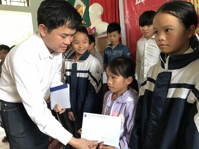 Ông Đặng Văn Thành - Giám đốc vùng Bắc miền Trung, Công ty TNHH Grobest Việt Nam trao quà đến các em học sinh Trường Tiểu học Mỹ Sơn, Đô Lương.
