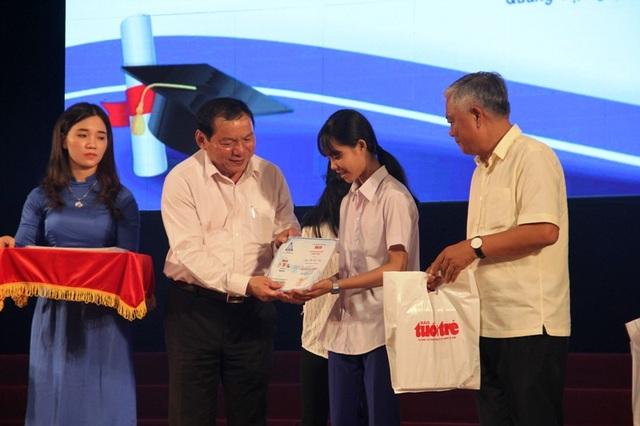 Ông Nguyễn Văn Hùng, Bí thư Tỉnh ủy Quảng Trị trao học bổng đến các tân sinh viên