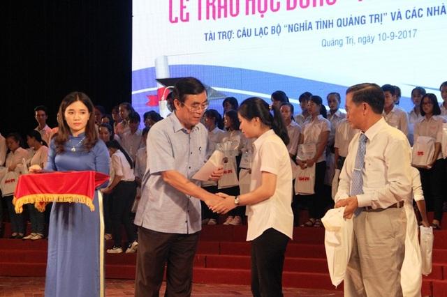Ông Nguyễn Đức Chính, Chủ tịch UBND tỉnh Quảng Trị động viên các tân sinh viên tiếp tục cố gắng học tập tốt