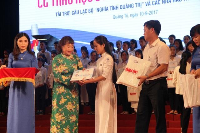Bà Nguyễn Thị Hồng Vân, Chủ tịch Hội Khuyến học tỉnh Quảng Trị trao học bổng cho các em có hoàn cảnh khó khăn