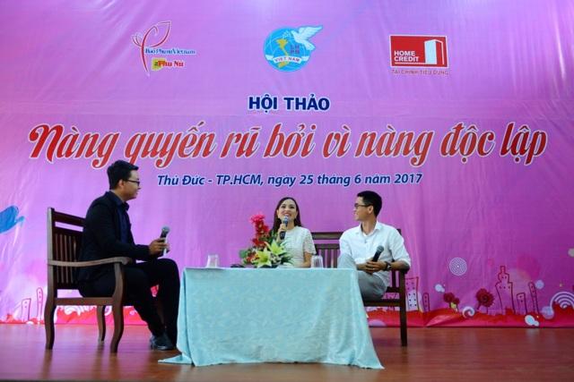 """MC Khánh Ly (giữa) và nhà thơ Nguyễn Phong Việt (phải) trong buổi hội thảo thứ 3 của chuỗi hội thảo """"Nàng quyến rũ bởi vì nàng độc lập"""" tại Thủ Đức, TPHCM ngày 25/6"""
