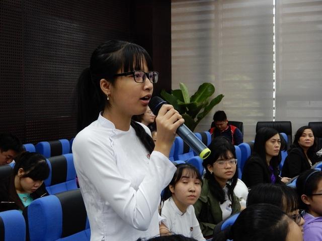 Em Nguyễn Ngọc Như Ý (học sinh lớp 11, trường TPTH Phan Châu Trinh) trả lời câu hỏi của Chủ tịch Huỳnh Đức Thơ tại buổi đối thoại