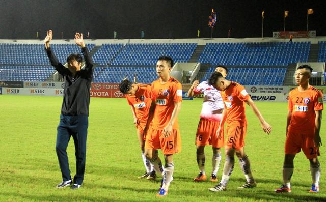 HLV Huỳnh Đức vẫy chào và cảm ơn khán giả Đà Nẵng.