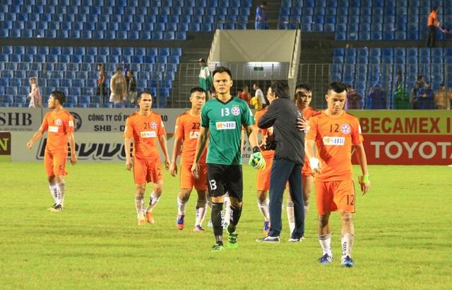 HLV Huỳnh Đức cảm ơn các học trò đã chơi một trận đầy quyết tâm, dù không giành thắng lợi.