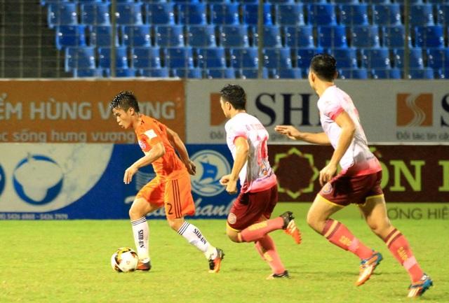 Thái Sung (áo cam) được HLV Huỳnh Đức tung vào sân suốt hiệp một.