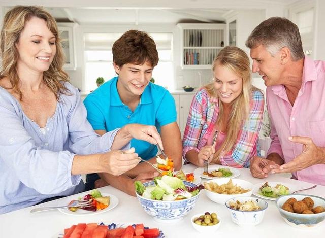 Các gia đình nên tạo lập thói quen dùng bữa và trò chuyện cùng nhau. (Ảnh minh họa)