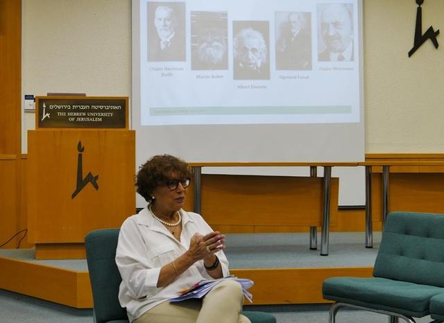 Giám đốc Đại học Hebrew, bà Billy Shapira, trò chuyện với báo chí