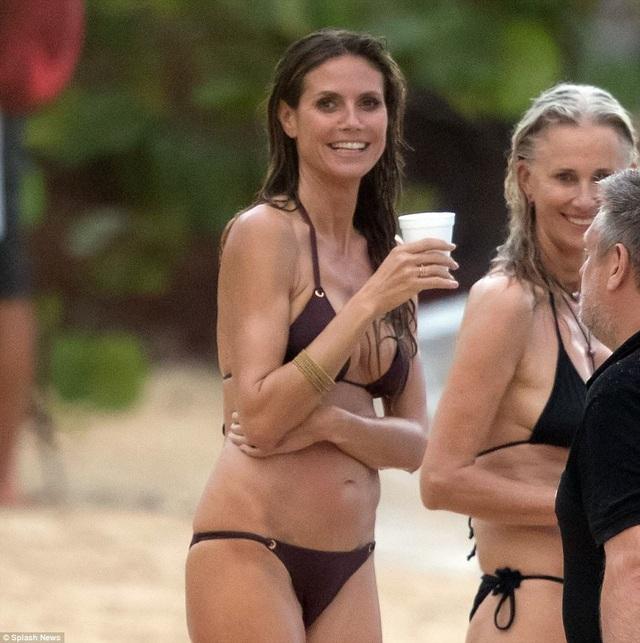 Heidi Klum duy trì dáng vóc và nhan sắc bằng cách ăn chay trường và tập luyện đều đặn. Siêu mẫu 4 con từng được mời trình diễn cho Victorias Secret ngay sau khi cô sinh đứa con thứ tư.