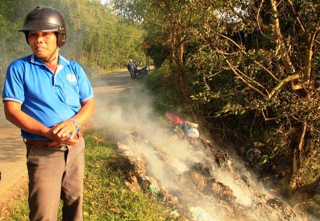 Các hội đoàn thể xã Ân Tường Tây đi thu gom heo chết để tiêu hủy đảm bảo môi trường