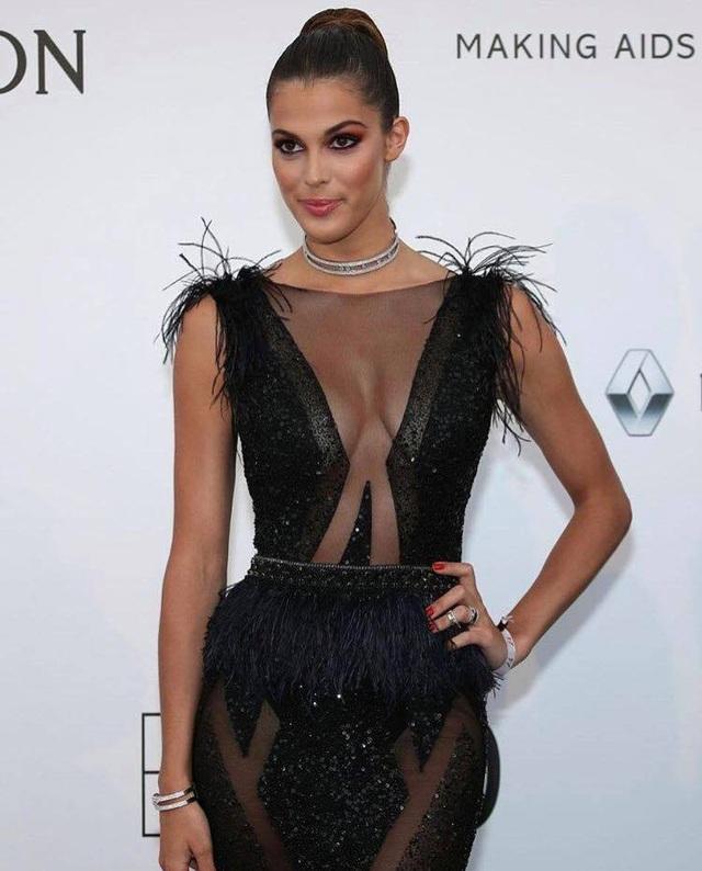 Người đẹp 24 tuổi diện một chiếc đầm đen sang trọng và gợi cảm.