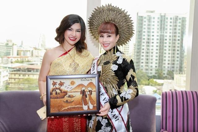 Hằng Nguyễn tặng tranh gạo cho Mrs International 2016.