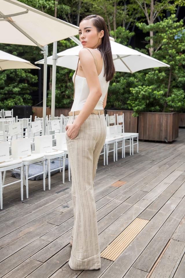 Hoa hậu Kỳ Duyên bất ngờ xuất hiện với phong cách hoàn toàn khác biệt. Cô chọn áo bodysuit kết hợp với quần ống loe cổ điển.