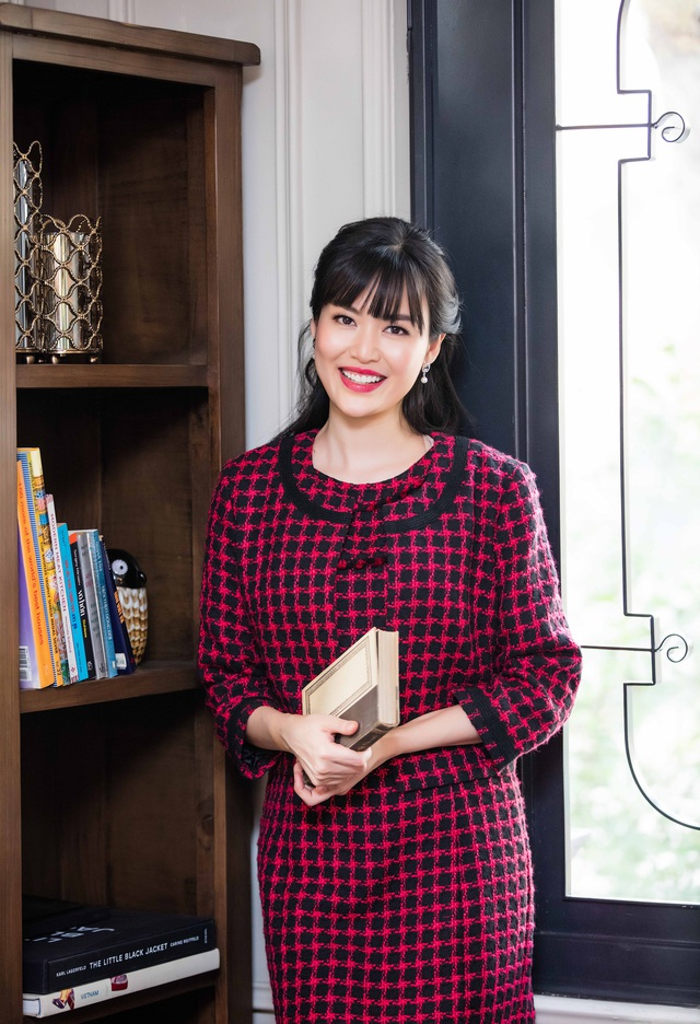 Hoa hậu Thu Thủy đang làm MC cho bản tin An ninh toàn cảnh của truyền hình Công an nhân dân.