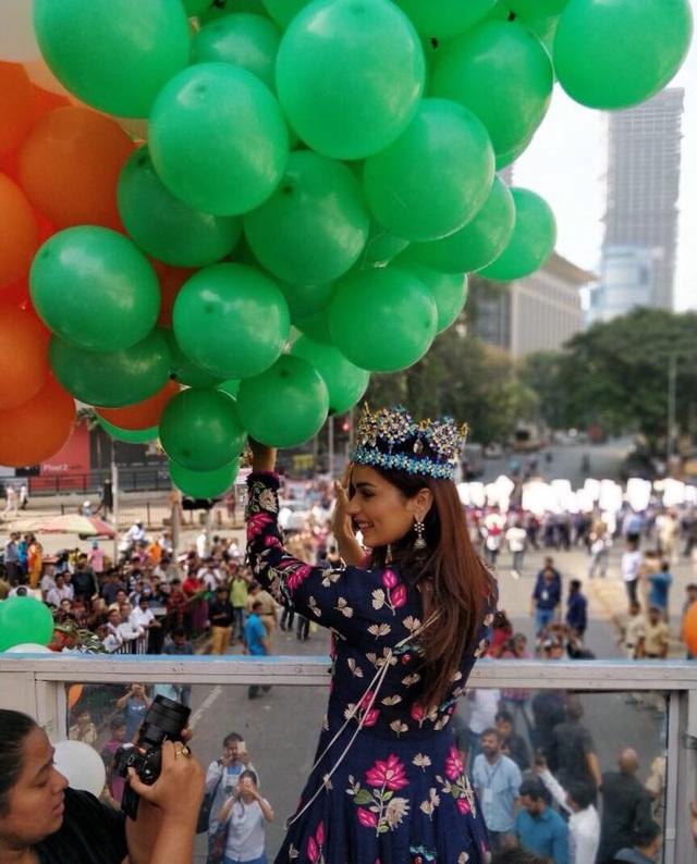Ngày 3/12, hàng nghìn người tại New Dehli đã xếp hàng và tụ tập để chào đón Tân hoa hậu thế giới Manushi Chhillar trong lễ diễu hành ăn mừng chiến thắng của cô.