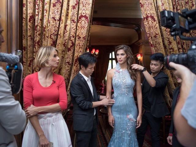 Tân Hoa hậu Hoàn vũ diện trang phục của thiết kế Việt Nam khi đăng quang - 7