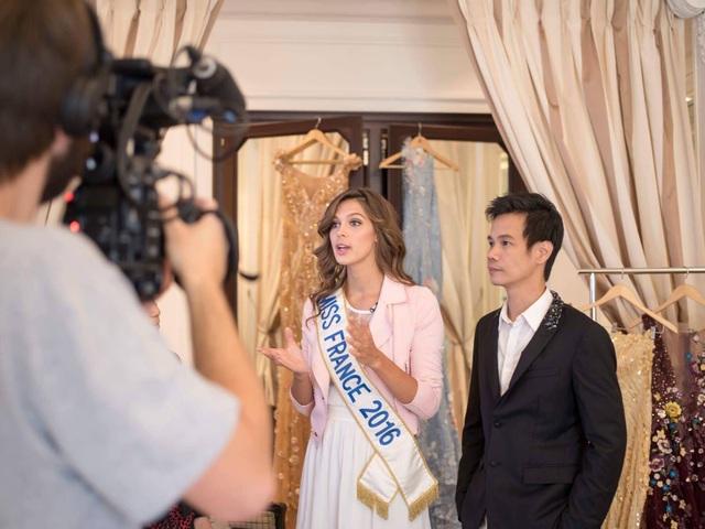 NTK Hoàng Hải khá có duyên với Hoa hậu người Pháp khi liên tục có thời gian làm việc cùng họ. Trong ảnh: NTK Hoàng Hải (áo vest đen) cùng hoa hậu Pháp 2016.