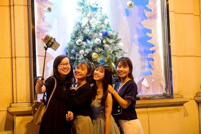 Dù chưa đến đêm Noel, nhiều người dân TPHCM đã tìm đến các địa điểm được trang trí độc đáo để vui chơi và chụp hình.