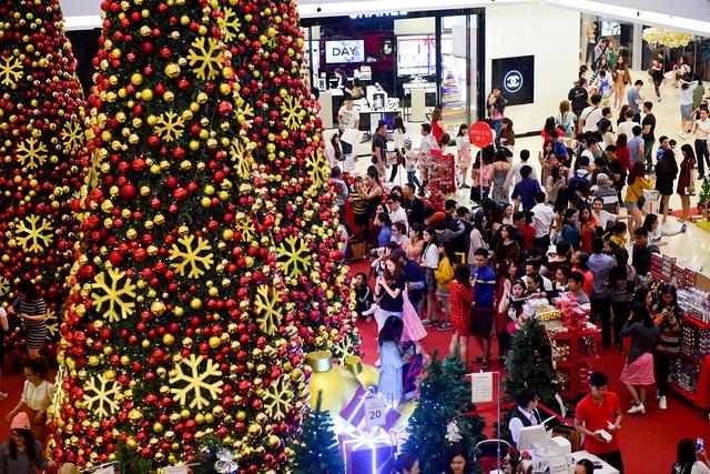 Cây thông Noel, cách bài trí màu đỏ trong một khu mua sắm làm mọi người càng thêm háo hức.
