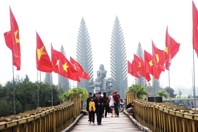 Du khách đến Quảng Trị tham quan các di tích lịch sử