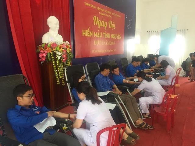 Các bạn đoàn viên, thanh niên TP Hà Tĩnh tham gia hiến máu nhân đạo