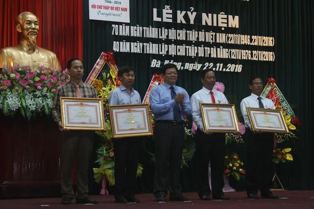 Anh Thi Lý Bình (bên trái) nhận bằng khen của Thủ tướng Chính phủ vì công tác hiến máu tình nguyện