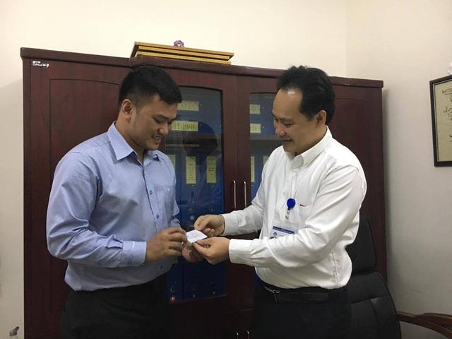 ThS. BS Nguyễn Hoàng Phúc - Phó Giám đốc Trung tâm Điều phối tạng Quốc gia hạnh phúc trao tấm thẻ Đăng ký hiến tạng mang tên Hoàng Thanh Tùng cho chủ nhân