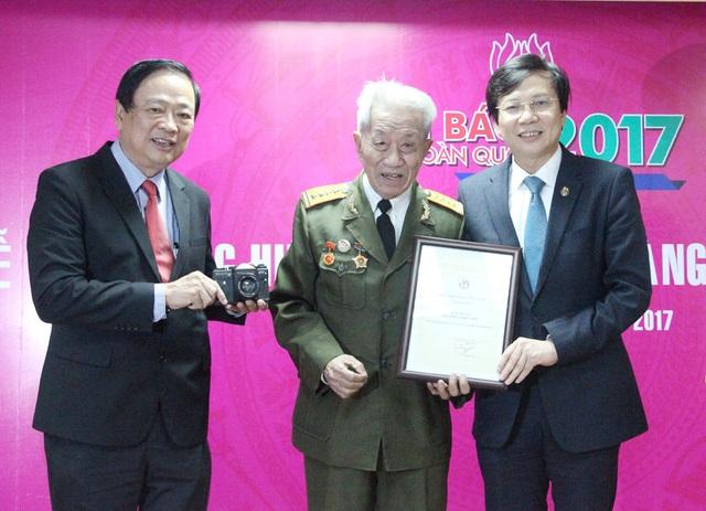 Nhà báo Nguyễn Trần Thiết (90 tuổi) tặng Bảo tàng Báo chí Việt Nam 1 chiếc máy ảnh. Đây là phần thưởng của ông trong một cuộc thi báo chí (loạt bài điều tra vụ án gián điệp Võ Đại Tôn trên báo Quân đội Nhân dân).