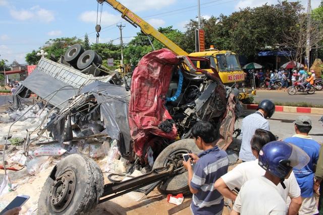 Nhân chứng kể lại cảnh tượng hãi hùng xe tải tông xe khách tại Gia Lai - 2