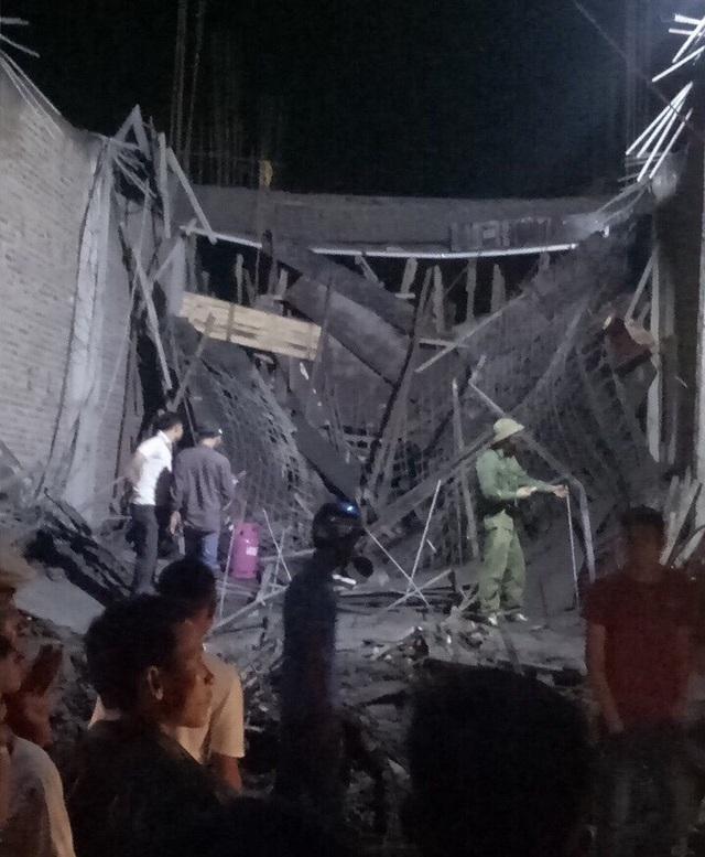 Hiện trường vụ sập trần nhà vừa đổ khiến 2 người thương vong.