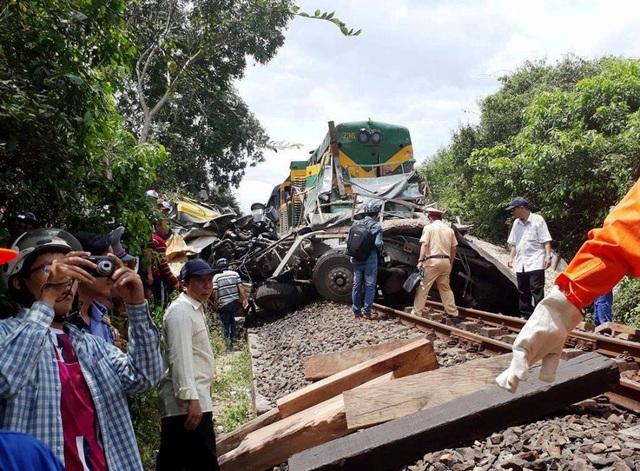 Hiện trường vụ tai nạn giao thông giữa tàu hỏa với xe tải làm 2 người thương vong