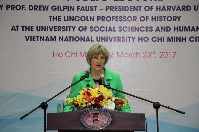 Giáo sư Drew Gilpin Faust, Hiệu trưởng thứ 28 của ĐH Harvard có bài phát biểu trước sinh viên và giảng viên trường ĐH Khoa học xã hội và Nhân văn TPHCM sáng nay (23/3)