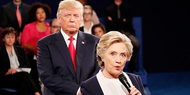 Hai cựu ứng viên tổng thống Donald Trump và Hillary Clinton trong cuộc tranh luận trực tiếp năm 2016 (Ảnh: AFP)