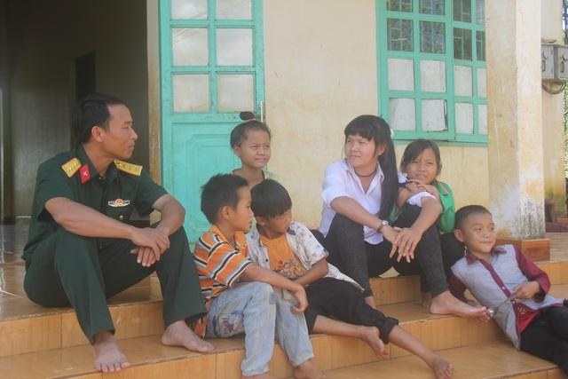Cô chị cả Dinh (áo trắng) được đi học lớp khai thác mủ cao su của Trung đoàn
