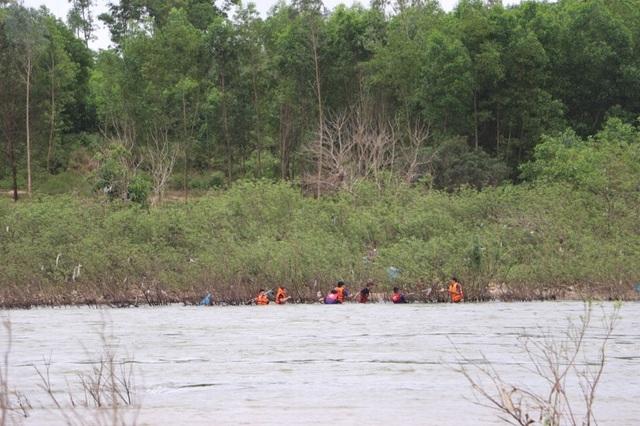 Lực lượng cứu nạn, cứu hộ tìm kiếm nạn nhân Đinh Minh Hiền