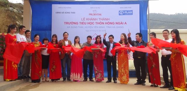 Đại diện Prudential và BGH nhà trường cắt bang khánh thành điểm trường tiểu học thôn Hồng Ngài A