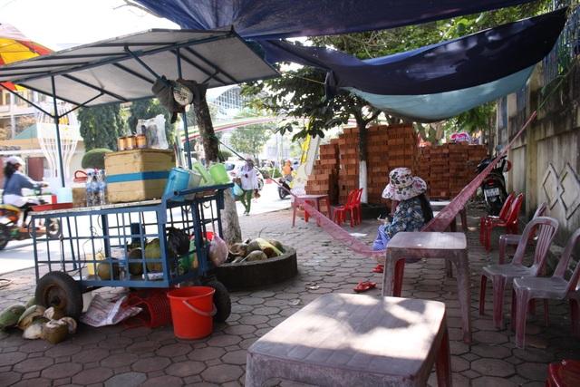 Người dân dựng lều để buôn bán trên tuyến phố văn minh đô thị điển hình Hùng Vương - Lê Trung Đình.