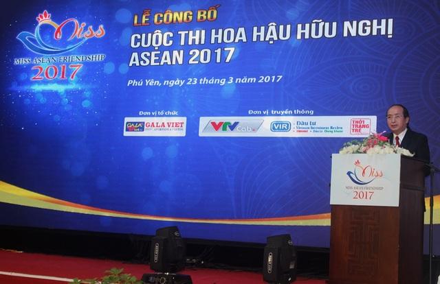 Ông Phan Đình Phùng, phó chủ tịch tỉnh Phú Yên vui mừng công bố nội dung dung cuộc thi