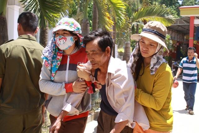 Người thân bé Phạm Quốc Việt ngất lịm trước nỗi đau quá lớn.