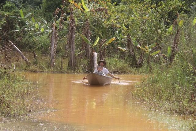 Hàng ngày ông Nhân phải sử dụng thuyền để di chuyển trên con đường duy nhất ngập sâu trong nước