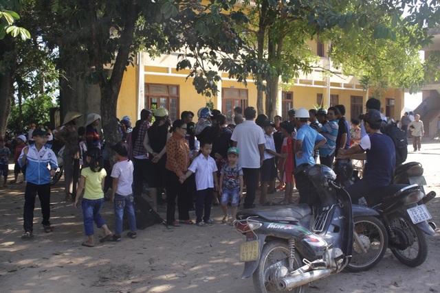 Phụ huynh thôn Thế Long phản đối việc học nhờ vì chính quyền địa phương chưa thực hiện cam kết xây trường mới trước khi đóng cửa trường cũ.
